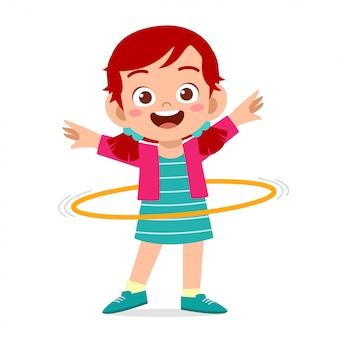 Счастливый милый маленький ребенок девочка играть обруч