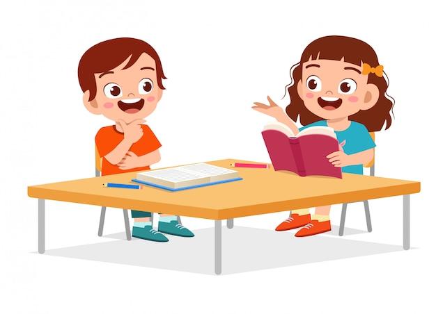 Счастливые милые маленькие дети мальчик и девочка учатся