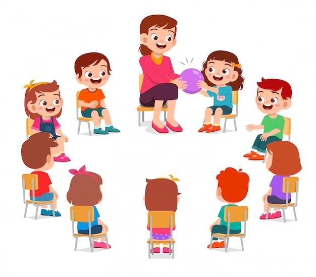 幸せなかわいい子供たちの男の子と女の子の先生と勉強