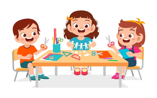 Счастливые милые маленькие дети мальчик и девочка делают бумаги ремесло
