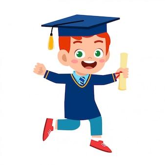 幸せなかわいい子供男の子学校を卒業