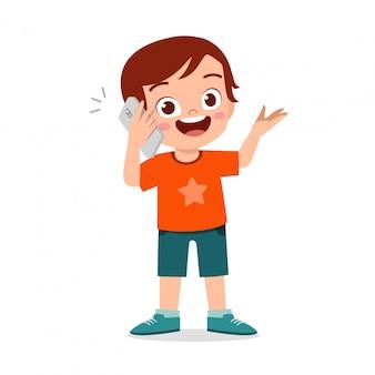 Счастливый милый маленький мальчик использования телефона