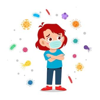 幸せなかわいい小さな子供服を着てマスクウイルスを避ける