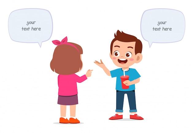 Счастливый милый маленький мальчик и девочка говорят