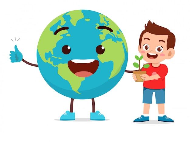 Счастливый милый маленький ребенок мальчик любит землю