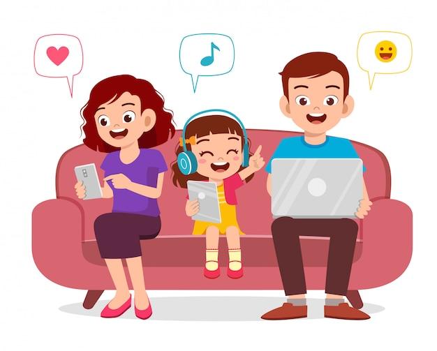 スマートフォンを保持している親と幸せな子供の女の子