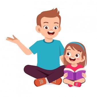 Счастливая милая маленькая девочка ребенка читать книгу с папой