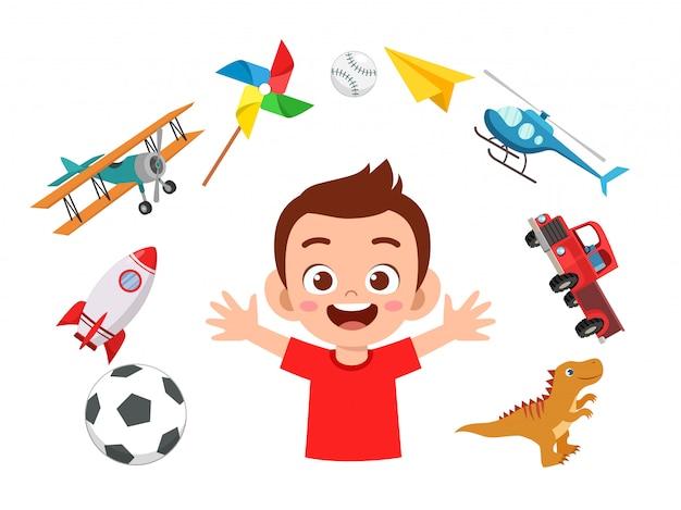Счастливый милый маленький мальчик игра с игрушками