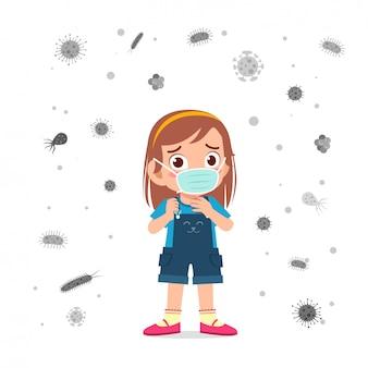 Счастливая милая маска износа мальчика маленького ребенка избегает вирус