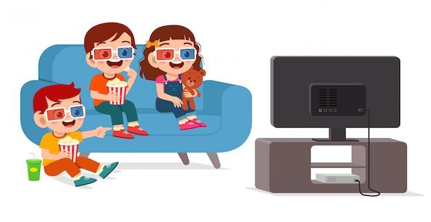 Счастливый милый маленький мальчик и девочка смотрят фильм