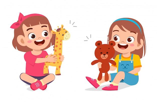 幸せなかわいい子供女の子人形で遊ぶ