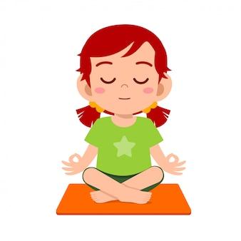Счастливая милая маленькая девочка практикует йогу