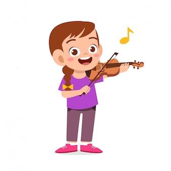 Счастливый милый маленький ребенок девочка играть на скрипке