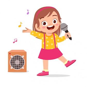 幸せなかわいい子供女の子が歌を歌う