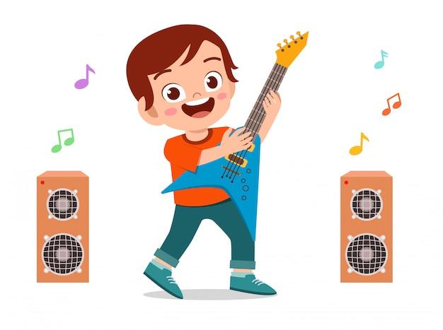 Счастливый милый маленький ребенок мальчик играть на гитаре