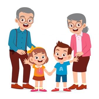 Счастливый милый старик и женщина с семьей вместе