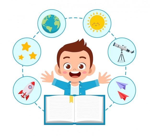 幸せなかわいい子供学校の少年は本を読む