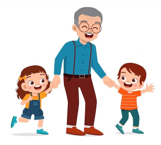 Счастливый милый старик с семьей вместе