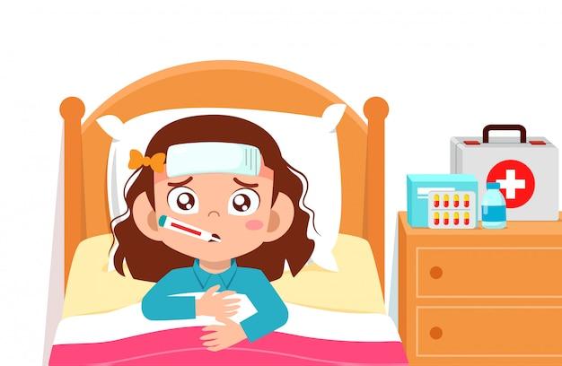 Грустная милая девочка лежит в постели больной