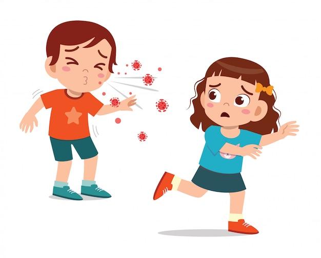 Милый маленький ребенок девочка бежать от чихать друга