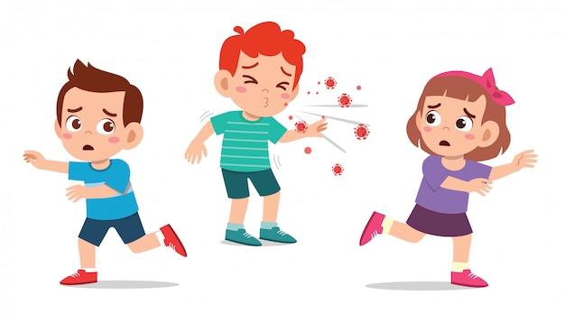 Милый маленький мальчик и девочка бегут от чихающего друга