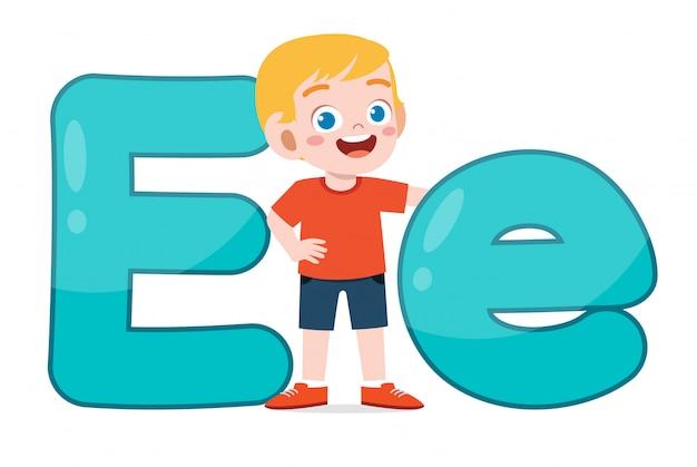 Счастливый милый маленький ребенок изучать алфавит