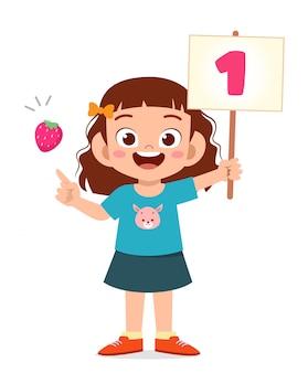 Милый маленький ребенок девочка учиться математике