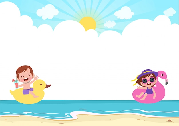 幸せな子供たちがビーチで遊んで