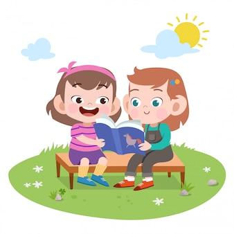 Дети девочки читают книгу