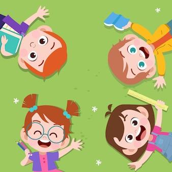 Счастливые дети лежат в парке