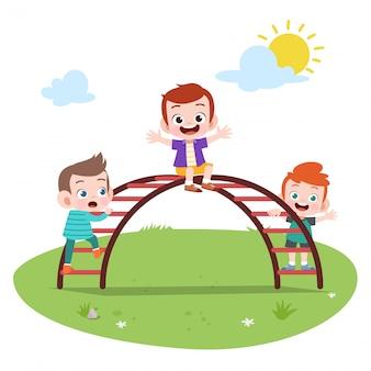幸せな子供たちが遊んで