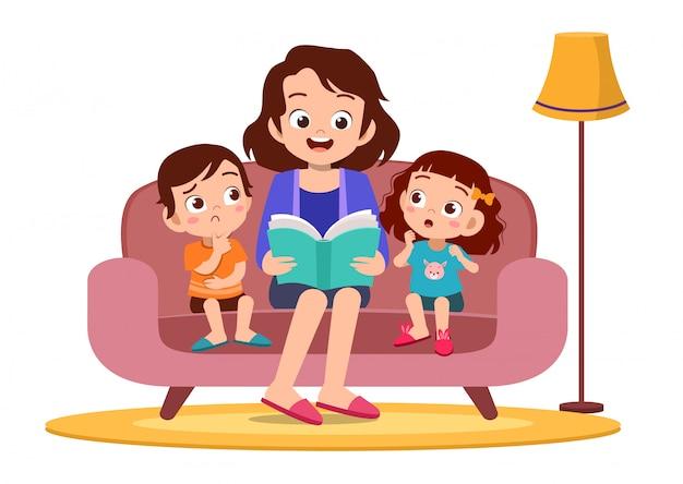 Ребенок и мать читают в диван