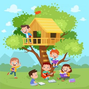 子供たちは木の家を遊ぶ