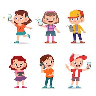 スマートフォンを持つ子供