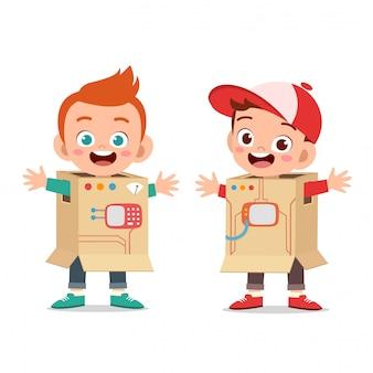 Дети играют в костюм робота с картоном