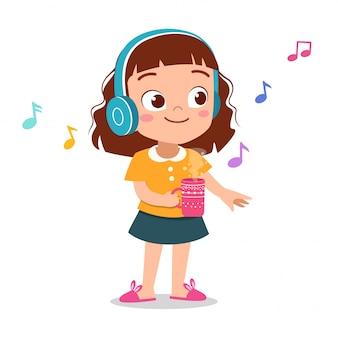 幸せな子供の音楽を聴く