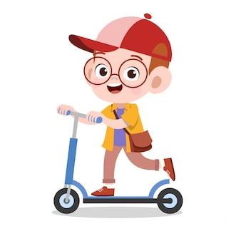 幸せな子供のスポーツスクーター