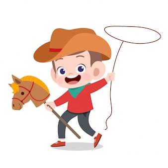 Счастливый малыш играет с игрушкой лошади
