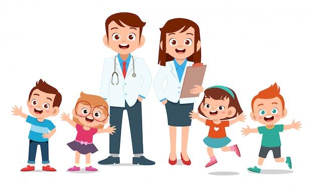 医師の笑顔で幸せな子供たち