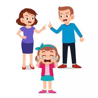 Дети плачут с родителями, борющимися агу