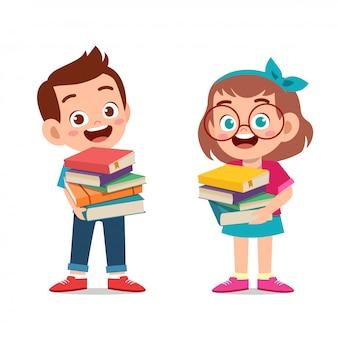 幸せな子供たちが寄付の本を運ぶ