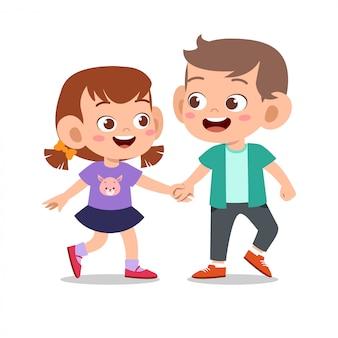 幸せなかわいい子供は友達と一緒に遊ぶ