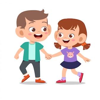 Счастливый милый ребенок играть с другом вместе