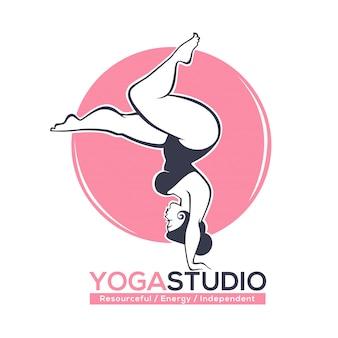 Будь в форме, шаблон логотипа для студии йоги или пилатеса с изображением кривой женщины