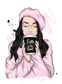 베레모의 아름다운 소녀는 커피를 마신다.