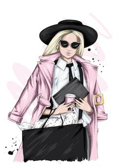 Красивая девушка в стильной одежде.