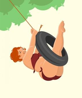 Красивая женщина больших размеров с рыжими волосами в купальнике смеется и катается на качелях