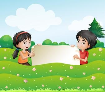 少年と空のボール紙を持っている少女