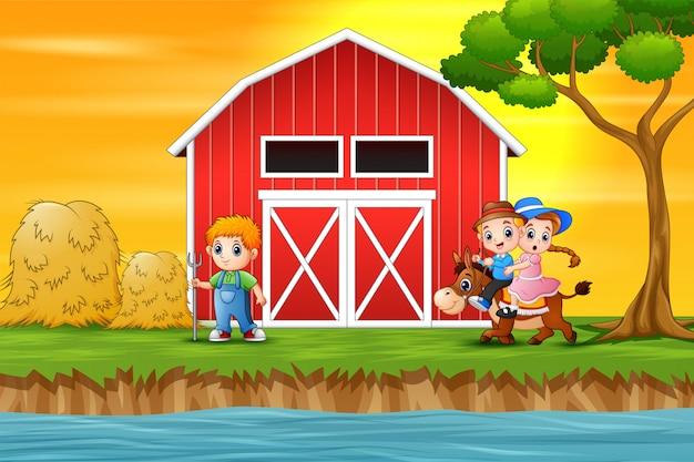 Мальчик и девочка верхом на лошади на фоне фермы