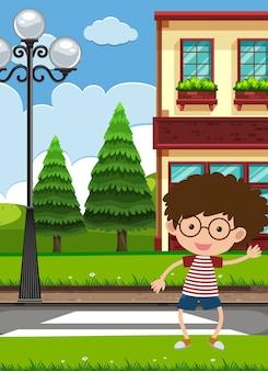 道路を横切る少年
